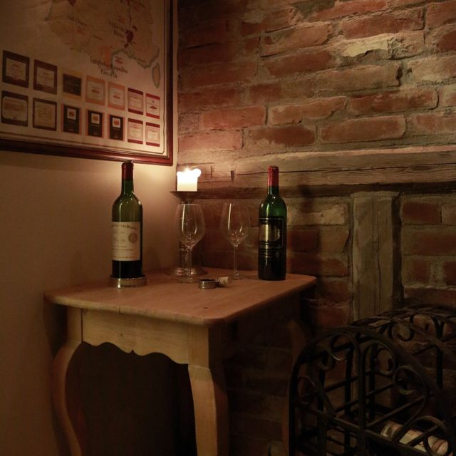 Corner table with wine in Klosterkjelleren