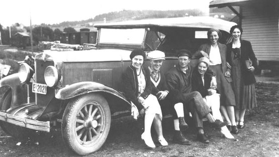 Picture of Sverre and Ingeborg sitting on an old car